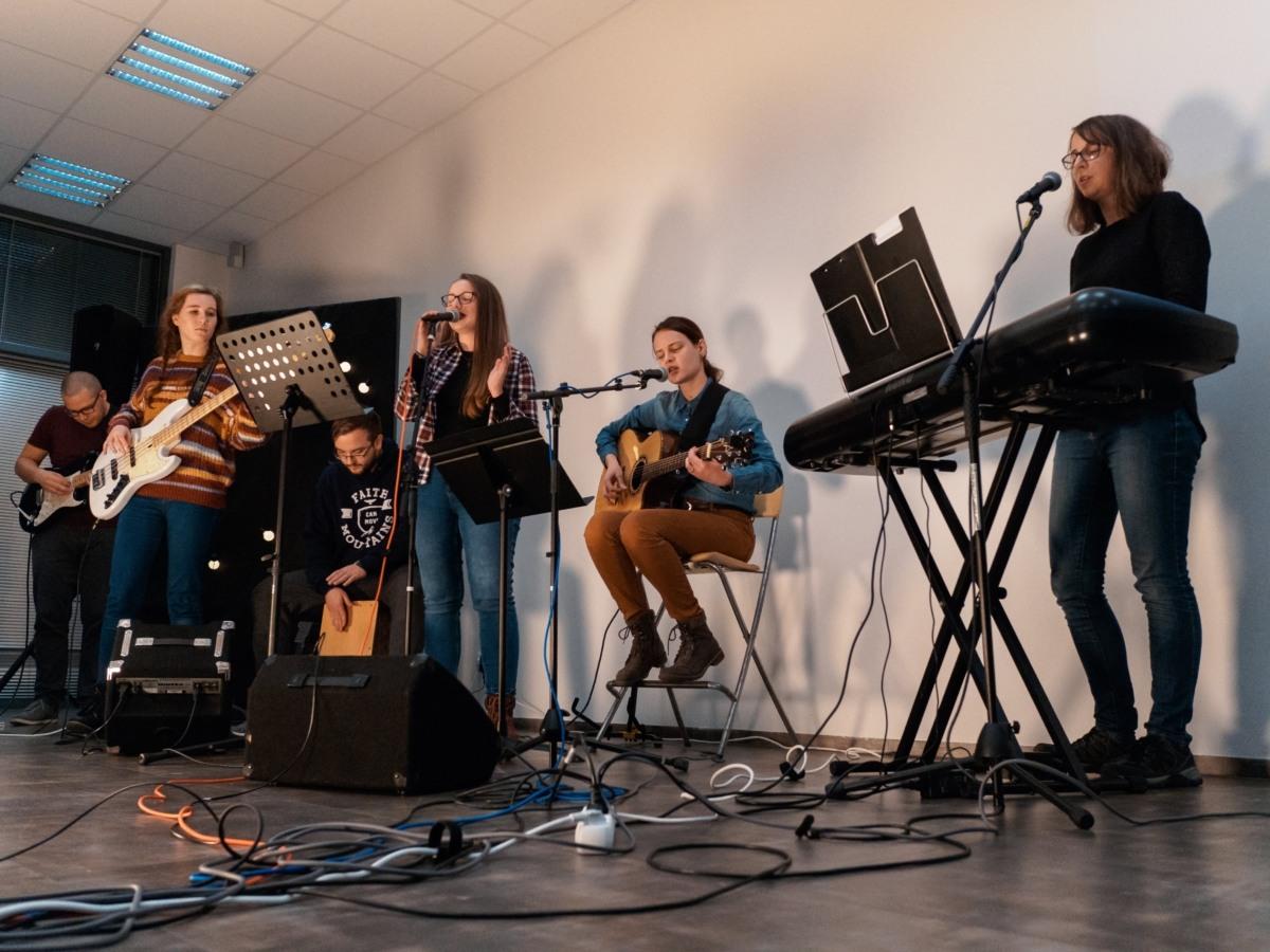 hudebníci hrající na bohoslužbě